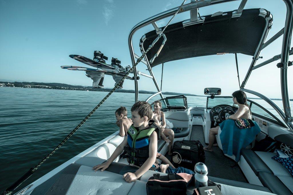 Wakeboarden und Wakesurfen für Jugendliche auf dem Murtensee